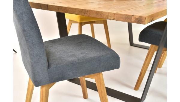 Szürke szék és fa asztal